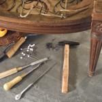 Tapisserie-Garnissage-de-siege_tapissier-cours-stage-outils-fauteuil_L-Etablisienne-Paris