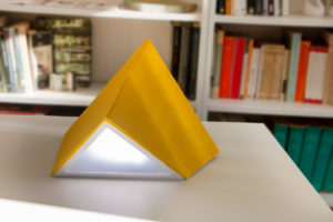 Lampe en carton gris